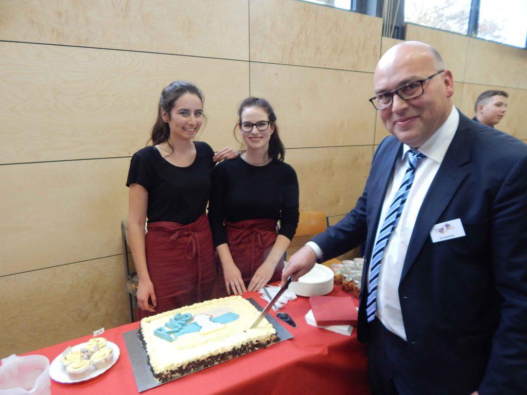 Herr Kowalenko beim Anschneiden der Torte