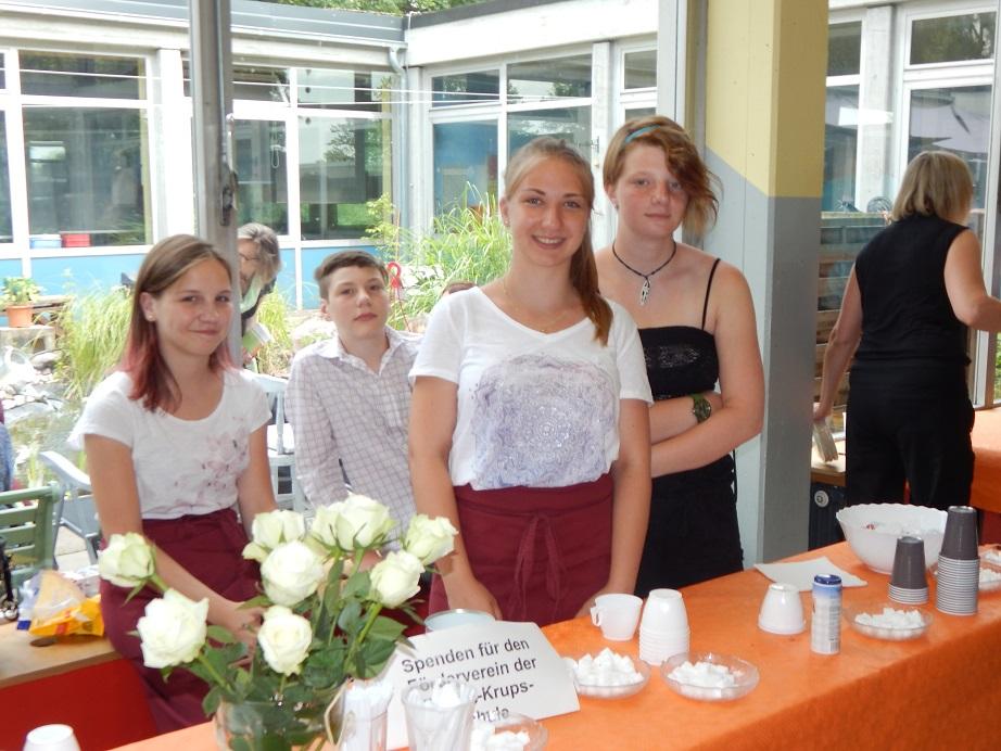Während der Zeugnisausgabe bereiteten die fleißigen Helfer Kaffee und Kuchen vor. Danke!