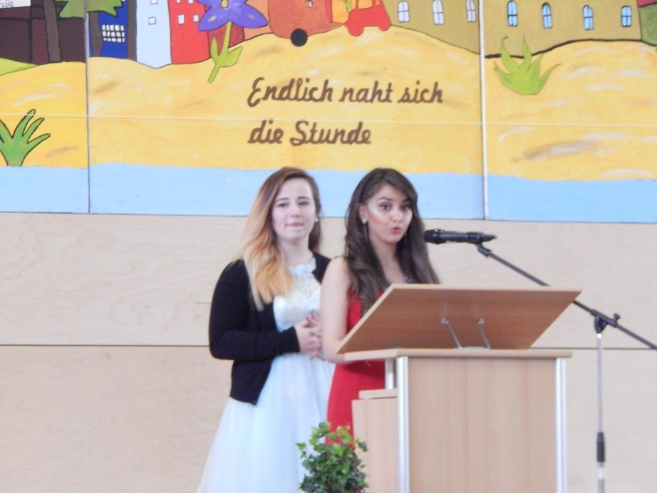 Die emotionale Rede der Schülersprecherinnen Lara und Sabrina