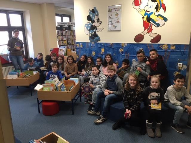Die Schüler der Robert-Krups-Schule zu Besuch bei der Stadtbücherei
